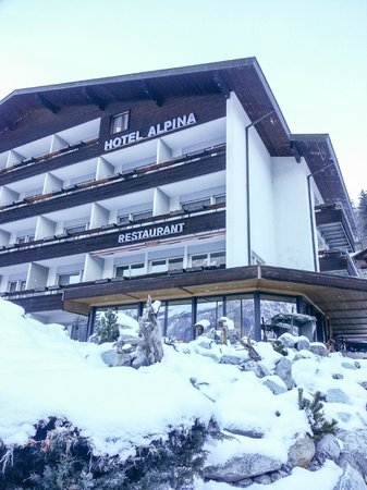 ‪‪Hotel Restaurant Alpina Grindelwald‬: Hotel Facade. Alert! Has to climb up slope.‬