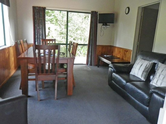 Kauri Coast Top 10 Holiday Park : Living/dining room of our 2-bedroom cabin