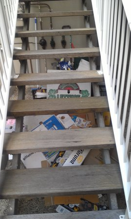 10 Hastings Street Boutique Motel & Cafe: Rubbish under the stairs