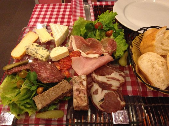 Le Bouchon : Cold meat and cheese platter