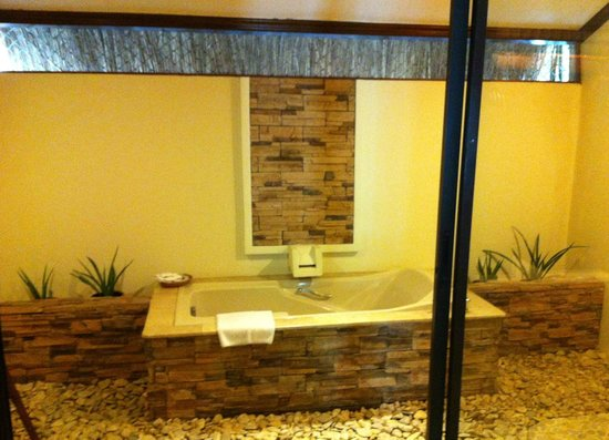 Bluewater Maribago Beach Resort : Bathtub in the Amuma Spa Suite