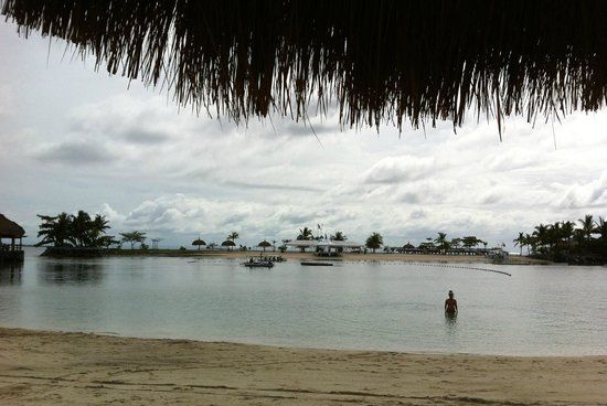 Bluewater Maribago Beach Resort: The beach area at high tide