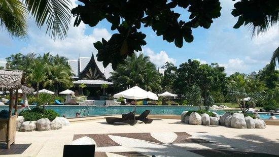 Natai Beach Resort & Spa, Phang-nga: Вид на отель и бассейн