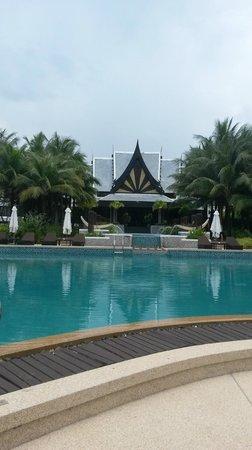 Natai Beach Resort & Spa, Phang-nga: Вид на отель и бассейн ранним утром