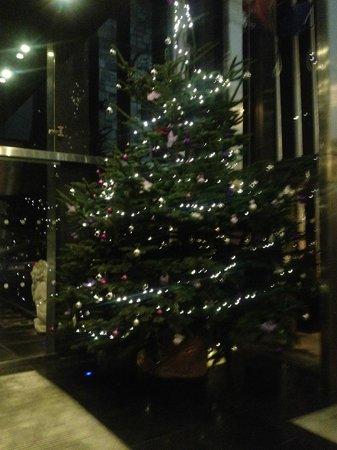 Clontarf Castle Hotel: A welcoming Christmas tree