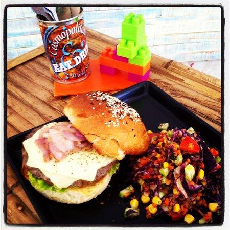 COSMOPOLITAN, Eat & Drink, World Stile : Cheese Burger whit Salad