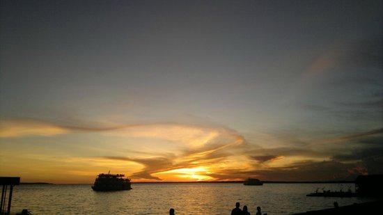 Tropical Manaus Ecoresort: Pôr do sol às margens do Rio Negro, na área do hotel