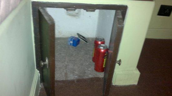 Hotel Viva Goa International: empty beer cans