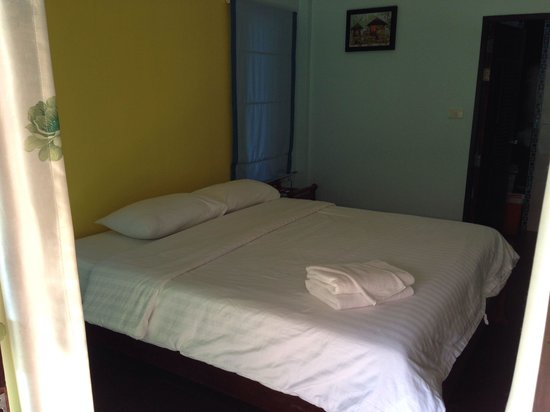 Sangaroon Bungalow: Großes Bett und es gibt jeden Tag frische Handtücher und Bettwäsche