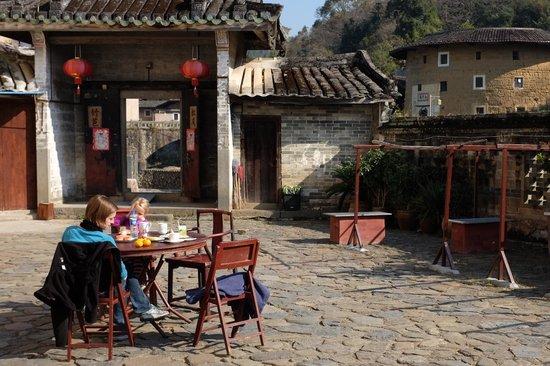 Tulou Fuyulou Changdi Inn: breakfast in the sun