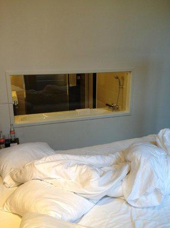 Hampshire Hotel - The Manor Amsterdam: Nice window into Bathroom