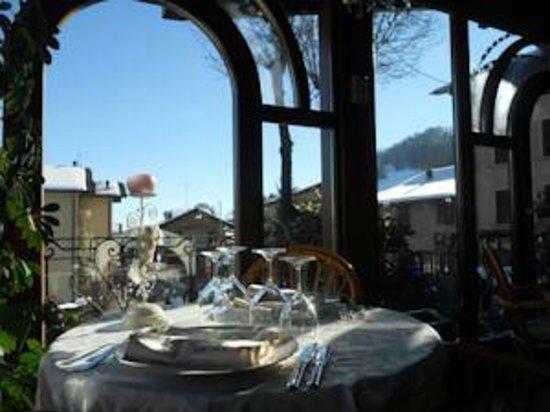 Hotel Elvezia: Sala ristorante con affaccio sulle montagne