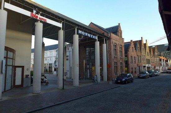 Novotel Brugge Centrum: Eingang zum Hotelinnenhof
