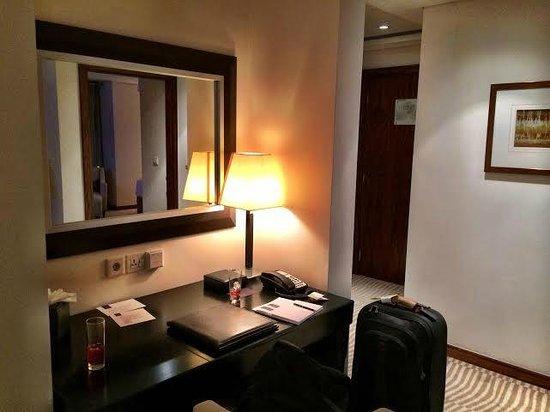 Grosvenor House Dubai : Deluxe Suite Work Desk