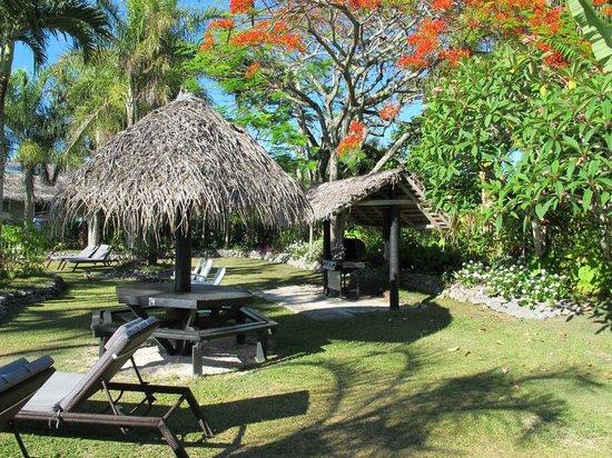Lagoon Breeze Villas : BBQ area near pool