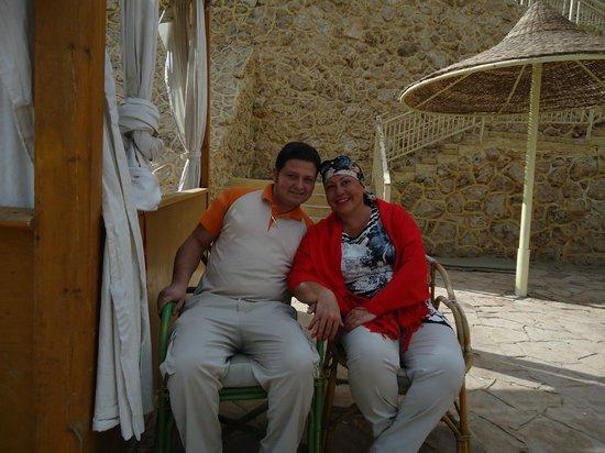 Dreams Beach Resort : это я и Эхаб-Самый лучший бармен огромного пляжа Бич Дримз !!!!