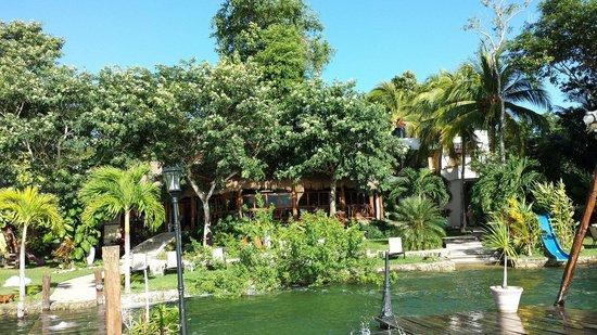 Los Aluxes Bacalar Hotel: Vista del hotel desde el muelle.
