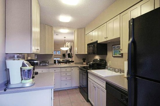 Winterpoint Townhouses: Large Kitchen with Laundry Room