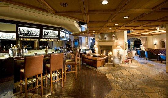 Golfhotel les Hauts de Gstaad: Kaminbar