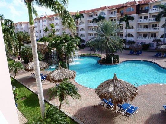 Tropicana Aruba Resort & Casino: Vista del área de la piscina desde el balcón de la habitación.