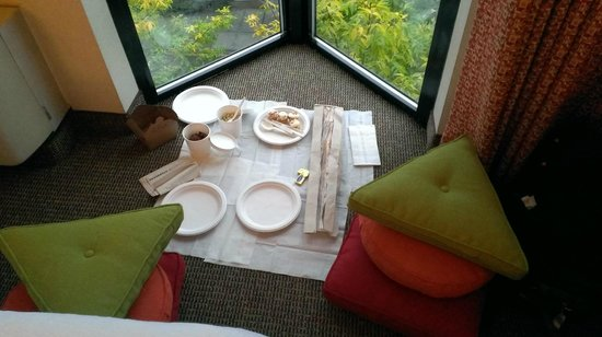University Inn - A Piece of Pineapple Hospitality : Picnic in room