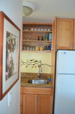 Noelani Condominium Resort: equipped kitchen cabinets