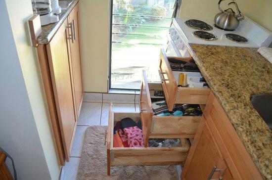 Noelani Condominium Resort: kitchen counter