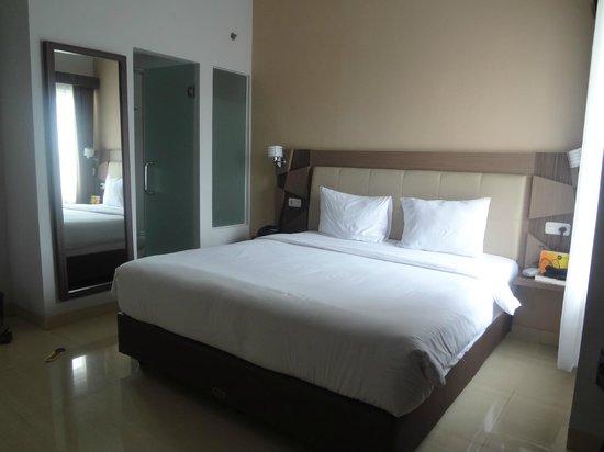 Hotel Dafam Fortuna Malioboro: Kamar Executive dengan pintu kamar mandi dari kaca buram