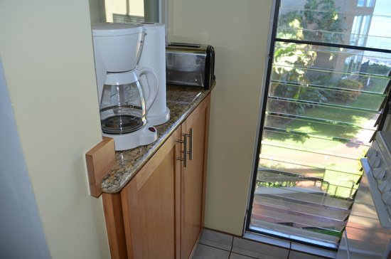 Noelani Condominium Resort: coffee maker and toaster in the kitchen