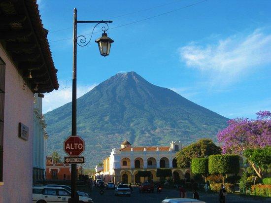 Antigua City Tour : Plaza Principal y de fondo el Volcán.