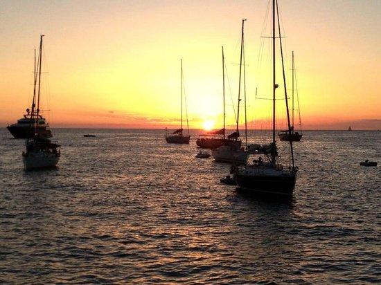 Excellence Turismo Day Tours: Viva el atardecer desde una embarcacion en el mar en Punta del Este