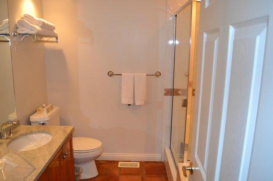 Manteo Resort - Waterfront Hotel & Villas : Bathroom
