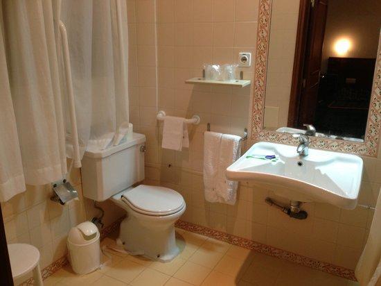 Casa das Irmas Dominicanas: Banheiro do quarto . Tudo muito limpo