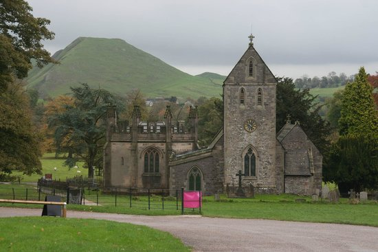 YHA Ilam Hall: Collines environnantes et église dans le domaine