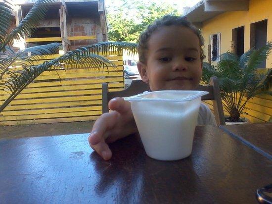 Pousada Recanto do Jabaquara : Meu filho tomando um iogurte no café da manhã.