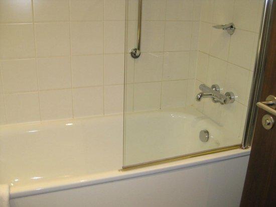 The d Hotel Drogheda: Bath with 1/2 Shower door