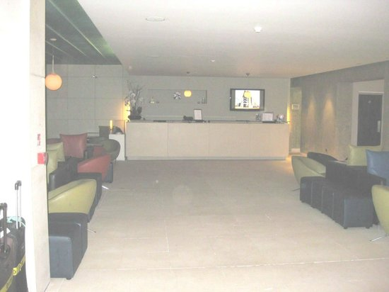 The d Hotel Drogheda: Reception desk - no one there