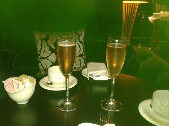 Crowne Plaza London - Battersea : Champagne. ..Lovely