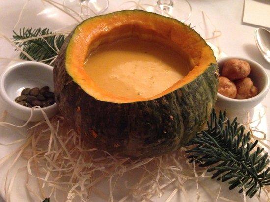 Miramonti L'altro : Crema di zucca all'amaretto, bignè di mostarda senapata e semi di zucca. Semplice no?! ;-)