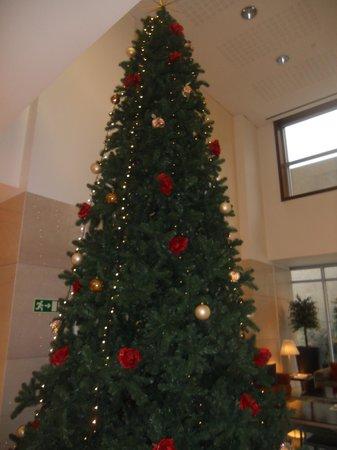 SANA Lisboa Hotel: l'albero di Natale nella hall