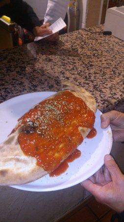 Pizzeria La Parolaccia : Pedazo de calzone!!!