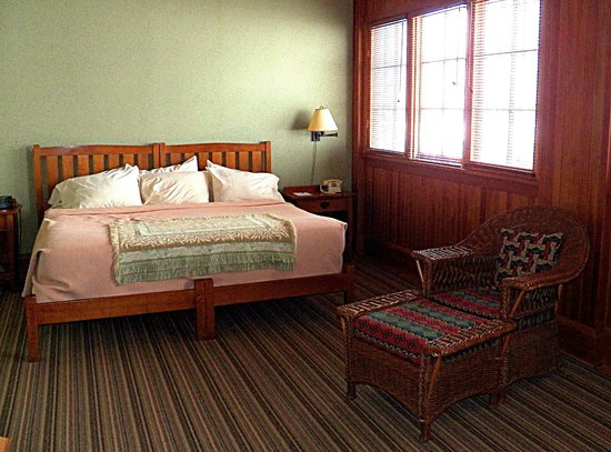 Roycroft Inn: Half of the bedroom which featured a wall of windows.