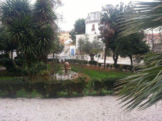 Chateau La Tour Apollinaire: Vue du porche où l'on prend le petit déjeuner