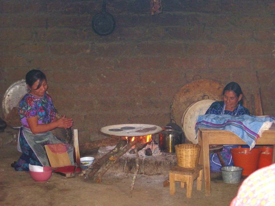 Pacific Coast, Mexico: Mujeres torteando tortillas.