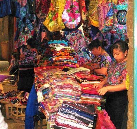 San Juan Chamula: Puesto típico de ropa hecha por mujeres de la región.