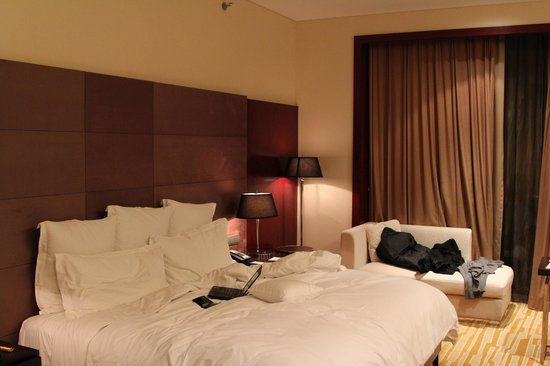 Langham Place, Beijing Capital Airport: Comfortable king bed