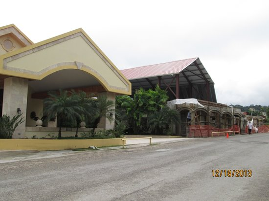 San Ignacio Resort Hotel : hotel from street view