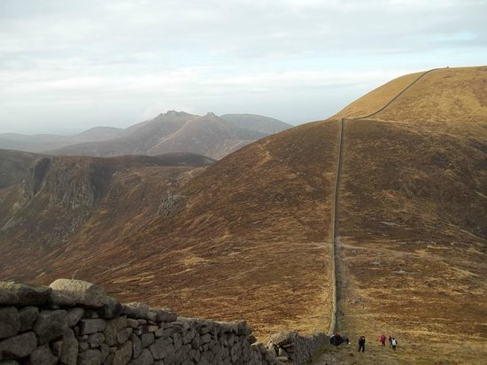 Nordirland, UK: Mourne Wall, running up to Slieve Commedagh