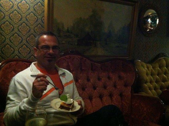 Nuevo Rokoko : Eating carrot cake