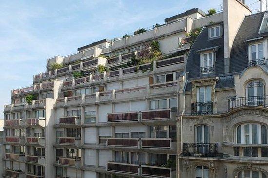 Hotel Vaneau Saint Germain: Vue vers avenue avec centre comercial